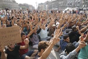 Syriska flyktingar demonstrerar utanför järnvägsstationen i Budapest. © Mstyslav Chernov/Wikimedia Commons