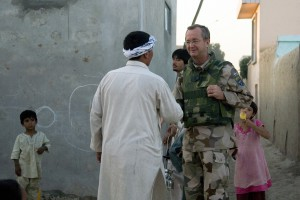 ÖB Håkan Syrén pratar med lokalbefolkning under en fotpatrull i Mazar-e Sharif under sitt besök på den svenska kontingenten FS15 i Afghanistan. Foto: Löjtnant Jesper Tengroth/Combat Camera