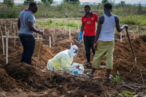 Ett barn som dött i ebola begravs i huvudstaden Freetown. Foto: Simon Davis/DFID/Flickr