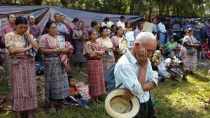Överlevare och anhöriga till försvunna har samlats på ett öppet fält i San Juan Cotzal, där marken är full av omärkta gravar. Foto: Aron Lindblom