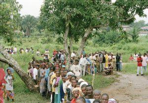 Väljare i president- och parlamentsvalet i Liberia köar till en vallokal i Nimba County. Foto: UN Photo