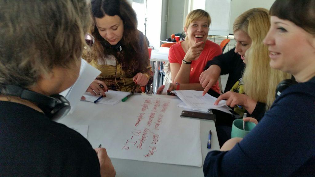 Ukrainska kvinnorättsaktivister diskuterar vad kvinnor, fred och säkerhetsagendan betyder i de olika regionerna i Ukraina. Foto: Disa Kammars Larsson